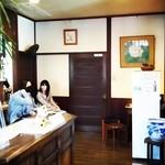 浅田 - レトロな店舗内観(会計、待合場所)