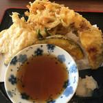 美味しいうどん屋 - 天ぷら盛り合わせ  350円 (ちくわ、とり、かき揚げ、かぼちゃ、さつまいも、おくら2個)