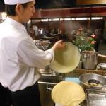 海鮮中華厨房 張家 北京閣 - 名物!玉子春巻の皮は一枚ずつ手焼きしています