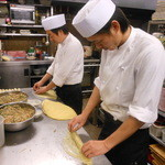 海鮮中華厨房 張家 北京閣 - 空気を押し出しながら皮が破れないよう丁寧に巻いていきます