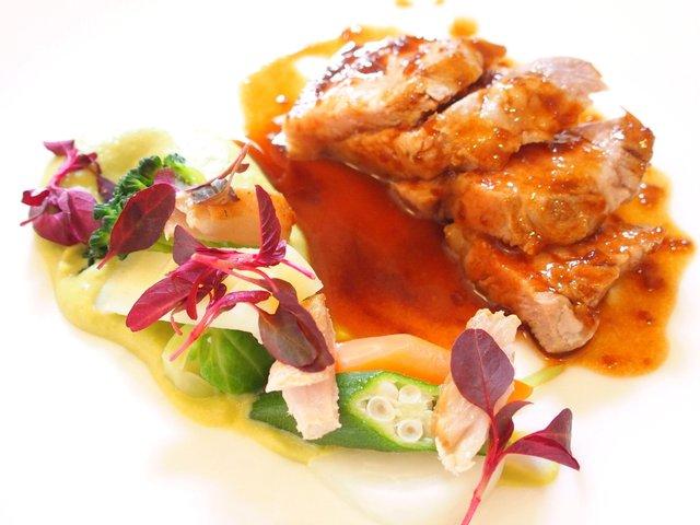 南部亭 - ランチコース 5346円 の霧島黒豚ロース肉のエチュヴェ、グリーンピースのピュレと