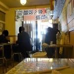 かき小屋フィーバー ザ・バル - 昼飲みするゲストほか、やはり男性がほとんど