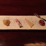 50723727 - チャーム:ドライアップル・ラズベリーとフランボアーズのホワイトチョコレート・パルミジャーノレッジャーノ・白カビ熟成のサラミ