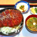 山ぼたん - ソースカツ丼 1680円 味噌汁+小鉢+漬物付き
