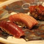 鯛良 - ■マグロの盛り合わせ握り:和歌山県産本マグロ(湯びき赤身、中トロ、炙皮ダレ大トロの三部位)