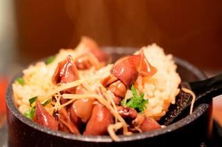 ひがし中野 しもみや - 季節の炊き込みご飯(写真はホタルイカと新生姜の炊き込みご飯)