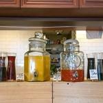 50727495 - フリードリンクの野菜ジュースとオレンジジュース