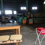 新島水産 - 倉庫内の飲食スペース