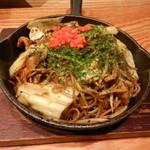 50735046 - 鉄板鍋で出てくる焼きソバの麺はコシがあり美味しかったです