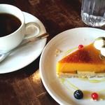 50736886 - ケーキセット(パンプキンタルトと紅茶)