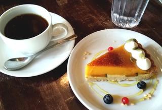 カフェ シャルボン - ケーキセット(パンプキンタルトと紅茶)