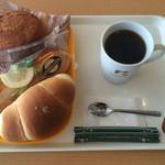 Bakery Cafe CAMELLIYA - カレーパン、エビカツサンド、塩パン、ブレンドコーヒーをイートイン