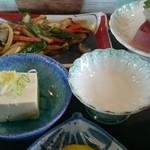 お食事処 とんとん - 焼肉に刺身のついたランチセット