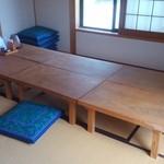 農家料理 高宮 - こんなお座敷席の他には8,4,2人掛けのテーブル席が。高そうな一枚板のテーブルも。