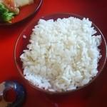 農家料理 高宮 - アルミではなく鉄製の羽釜と薪で炊かれたご飯はおかわり可。