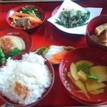 農家料理 高宮 - こちらは一汁五菜 2000円(税込) 羽釜で炊かれたご飯はおこげ付き。