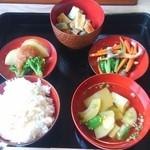 農家料理 高宮 - 一汁三菜 1170円(税込) ご飯と汁物のおかわりが出来ます。デザートとコーヒー付き。