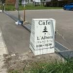 アルベロ カフェ - 国道沿いのこの看板が目を引きます。