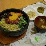 韓国料理 ドントン - ユッケ石焼ビビンバ(定食780円)+生ビール=1000円(130円お得)