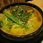 韓国料理 ドントン - カムジャタン鍋(刻んだエゴマの葉がアクセント!