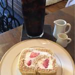 かうひいや3番地 - アイスコーヒー(600円)とロールケーキ(400円)