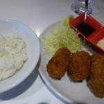 オイスター テーブル - アツアツの牡蠣フライ、タルタルと、ソースと二種類の味が楽しめます。