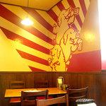 万豚記 - 中華料理屋の店内に赤い色が使われるのは、食欲増進とお客さんの回転を早くするためと色彩学で習いました。