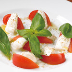 Cafe&Restaurant Gru - 水牛のモッツァレラチーズとトマトのサラダ