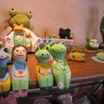 tack cafe - オーナーはカエルのお人形を集めています