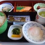 レストラン風月 - 「和朝食(906円:税込)」・・焼き鮭・温泉卵・お浸し・海苔・ご飯・お味噌汁・香の物など。 和朝食の定番の品々が並んでいまして、お味はごく普通だそう。