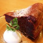 アリーカフェ - 【ガトーショコラ 670yen】フランス産のミ・アメールチョコレートを使用した、 しっとりとしたガトーショコラ。コクを引き出すために、 黒蜜混ぜて焼き上げました。
