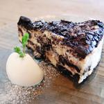 アリーカフェ - 【オレオのニューヨークチーズケーキ  670yen】オレオを生地に練りこみ、さらにその上に敷きつめて オーブンで焼き上げました。オレオの風味とチーズは とても相性がよいです。