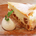 アリーカフェ - 【無花果のベイクドチーズケーキ 690yen】無花果をある程度形をを残した状態で、二種のチーズに 練りこみ、オーブンで焼き上げました。無花果の食感と ほどよい甘さ、チーズの風味をお愉しみください。