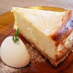 アリーカフェ - 【ホワイトチョコのニューヨークチーズケーキ 700yen】ホワイトチョコを二種のチーズ、少量のレモンと混ぜ 焼き上げたチーズケーキ。ホワイトチョコの香る、 クリーミーなチーズケーキです。