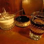 六曜館珈琲店 - 切子硝子のグラス、レトロな灰皿、ガラス製のシュガーポット