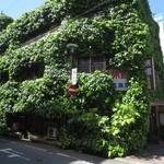 六曜館珈琲店 - 旅館と併設されたカフェ。 蔦に覆われています。