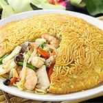 KURAND SAKE MARKET - ビル1階の中華料理「梅蘭」の焼きそばは大人気!