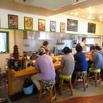 麺屋 Hulu-lu - 店内はカウンター5席とテーブル2卓