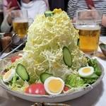 筑前屋 - バカ盛野菜サラダ¥680隣のテーブルの人達が撮りに来た…
