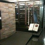 デン ロクエンテイ - 入り口には大きなワインセラーがお出迎え