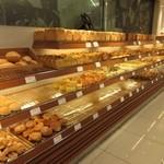 ポール・ボキューズ - お店はオープンスペース的なつくりになってて大丸を訪れる買い物客でいつも賑わってます。