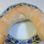 ポール・ボキューズ - 塩バターパン151円。