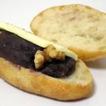 BAKEHOUSE Mere - あんバターフランス(スリットを開いたところ)