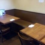 麺屋 匠堂 - ファミリーにも人気で、こんなテーブル席も。