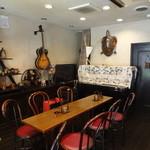 レン コーヒー - 店内 ※奥のピアノを使って、ミニコンサートをする時も 2016年5月