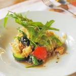 ヴィッラ デルピーノ - 地元野菜とパンを使ったサラダ