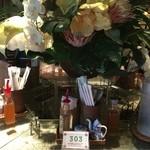 パパイヤリーフ - 6角形テーブル中央には大きな造花