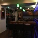 Bar K6 - 奥の部屋にもう一つのカウンターがあります。