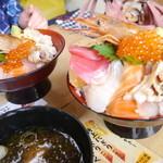おかせい - 女川丼・大盛り(1600円)...左は普通盛り(1500円)