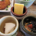 kawara CAFE&DINING -FORWARD- - 玉子焼き、ヒジキ、香の物は小坪に入って出て来ました。